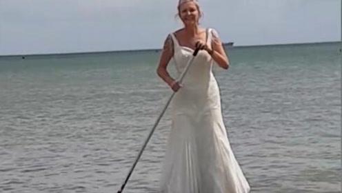 要穿够本!英国女子婚后天天穿婚纱 做饭逛街都不换