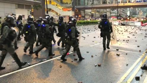 """以德报怨!香港警察在暴徒的""""砖块雨""""中保护示威女子不被砸到"""