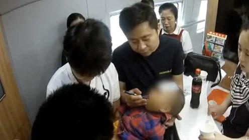 2岁男童高铁上高热惊厥口吐白沫,医生乘客用一支圆珠笔急救