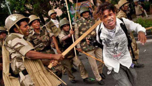 印度警察打狗棍法了解一下?追着人满街跑,看这场景莫名想笑