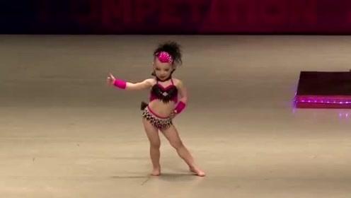 三岁小萝莉上台表演,这动感舞姿瞬间引爆全场,台下尖叫一片