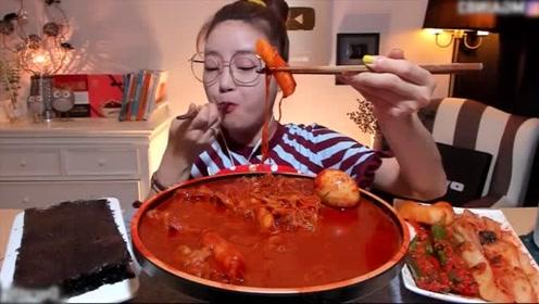 美女吃货吃爆辣鸡爪,全是辣椒酱再配上一盘辣椒,看她吃直胃疼