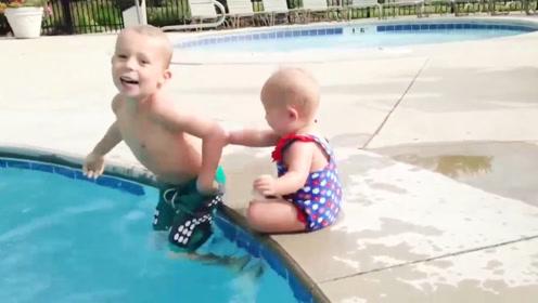 小宝宝遇上水,瞬间爆笑开场,妹妹神助攻一把推哥哥下水,太逗了