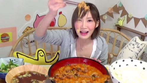 吃播小姐姐独挑十斤芝士鸡排饭,看着就腻,她竟吃的如此陶醉