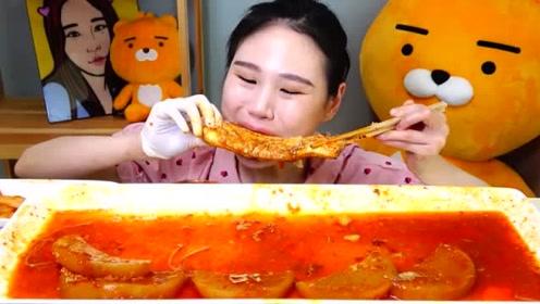 韩国吃播卡妹,挑战吃5斤麻辣鱼,辣的脸都变形了