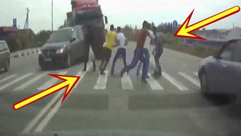 五名行人组团过马路,突然祸从天降,瞬间团灭!