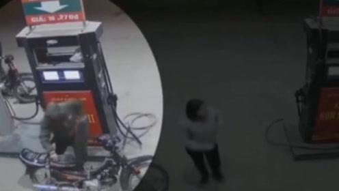 油站人员发现摩托小伙不对劲,迅速出手拦截,下秒果然出大事了!