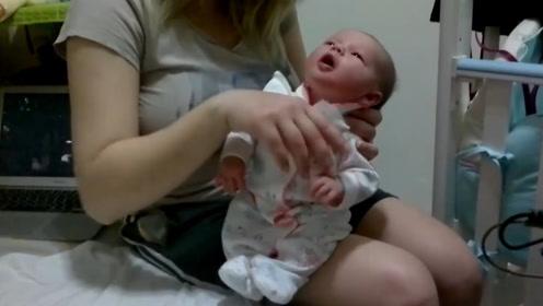 小宝宝吃多了奶,一直张着嘴表示不舒服,一定要妈妈给拍拍才安逸
