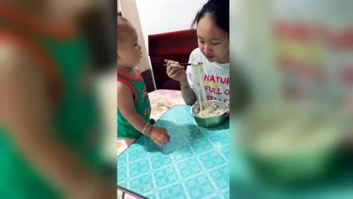 姐姐啊,你就给弟弟吃一口吧,瞧给弟弟馋的吧唧嘴上手全来