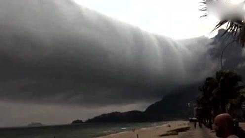 巴西一海滩上空现不寻常卷云 游客惊慌逃离