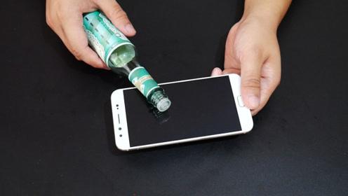 花露水倒在手机上,这个作用太厉害了,解决了手机控的一大烦恼
