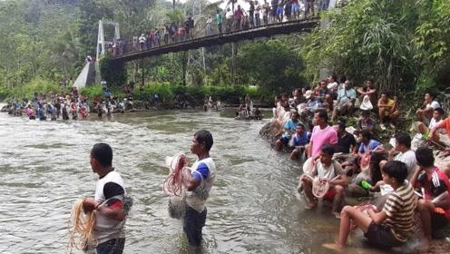 """印尼农村举办""""捕鱼节"""",几百人站在河边,准备要大捞一场了!"""