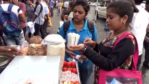 印度最便宜的路边小吃,膨化米用咖喱粉拌,满满一包一个人吃不完