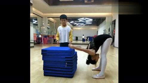 舞蹈生的日常训练,这身体柔韧力真的太好了,我算是开眼了