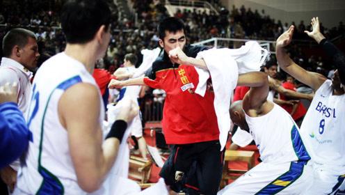 中国男篮和巴西比赛,赛场上对方一个动作,朱芳雨直接冲上去暴揍