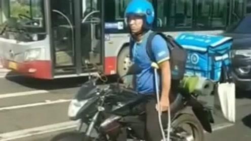 街上看到个外卖小哥,看到他手里的拐杖,实在是太令人心酸了!