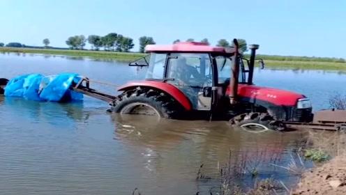 老司机对自己太狠了,直接开拖拉机下河,不怕被灌水?