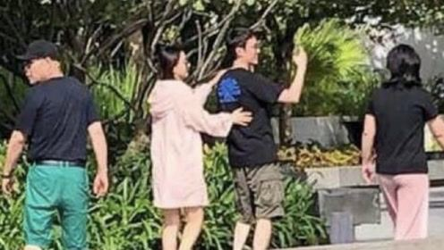 赵丽颖冯绍峰甜蜜出游 两人搭肩搂腰破婚变传闻