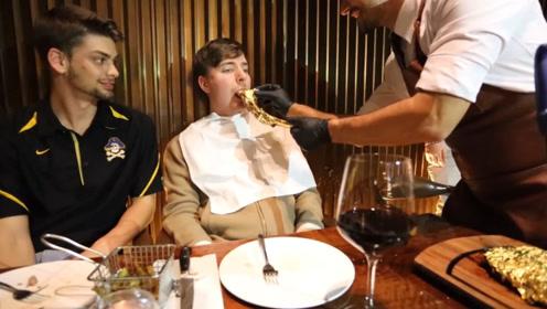 老外吃价值70000元的牛排,没想到服务员喂着吃,网友:奢侈