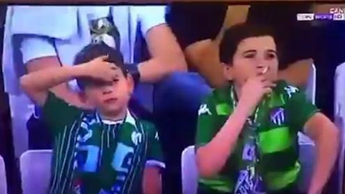 道德的沦丧?足球直播里小孩娴熟抽烟引公愤 然而很快惊天大反转