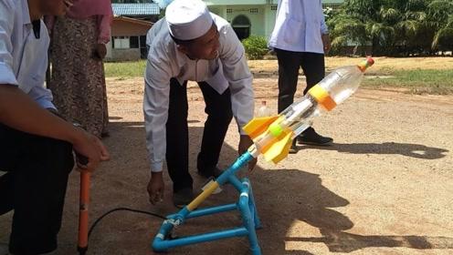 小伙用塑料瓶自制迷你小火箭,升空瞬间真是服了,大开眼界啊!