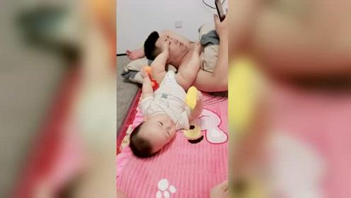 爸爸带娃,怎么都好,还给爸爸按摩按摩