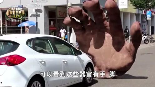 外国人真会玩,街头现巨型人体器官,路人被踩大脚下,这是怎么了