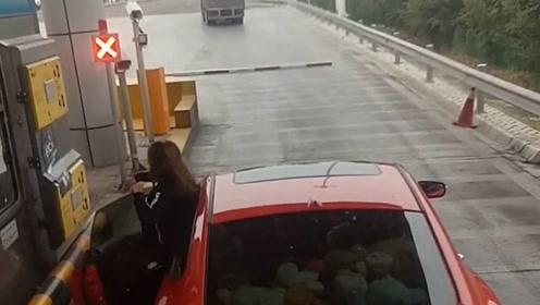 这才是女司机高速取卡的正确方式 别逞能以防出错