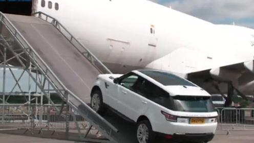 汽车坐飞机!路虎揽胜油门一踩冲进机舱,这平衡力简直不可思议!