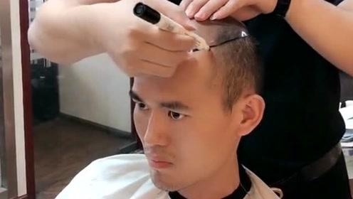 现在的发型师真牛,居然头发都用翻盖的,真是让人大开眼界!