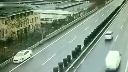 驾驶员回忆称第一次撞车后当时就傻了,一时间忘了踩刹车