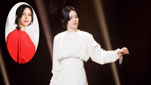 尚雯婕中秋晚会造型:两件红色礼服巧妙叠穿,优雅大气