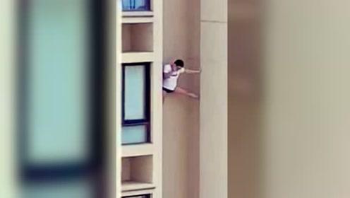 男子悬空支撑高楼外墙坠亡?警方通报揭开真相
