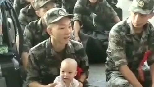送儿子去当兵,看到有一个男孩最小的弟弟都去送,年龄相差20岁