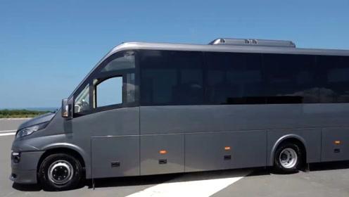 这种小客车设计的很好,体积小,座位多,很适合跑短途路线