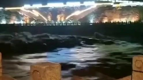 四川一轿车因山洪暴发卷入河中 车上6人全部遇难