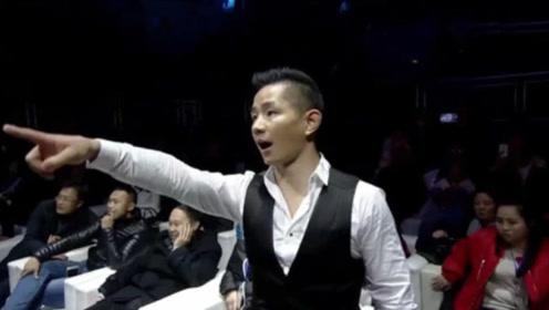 杨建平最痛快的一次!被日本拳手吐口水挑衅,冲上擂台踹飞挑事者