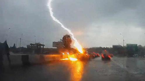 俄罗斯一汽车被闪电连击两次,继续淡定前行
