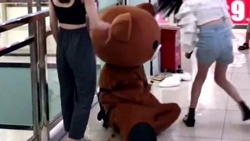 网红熊,老板娘给的传单不去发,竟然在商场捉弄小姐姐