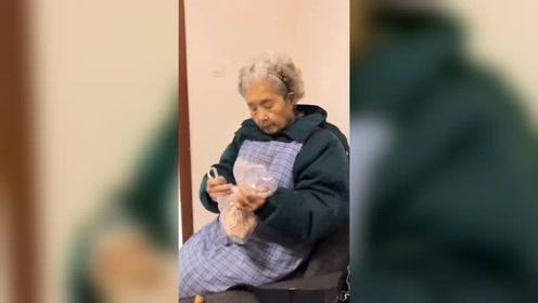 98岁奶奶迷上火锅味瓜子:自封零食大王