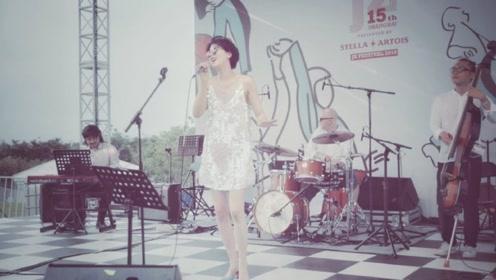 李亚鹏女友晒音乐节近照 穿亮片吊带裙站舞台上自信开唱
