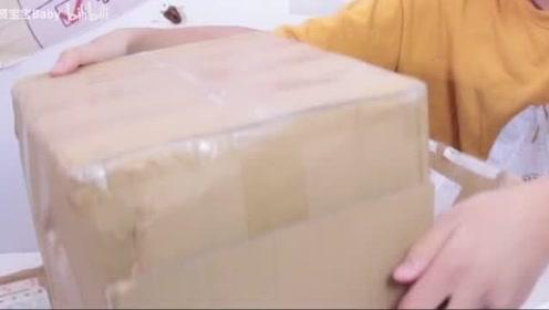小伙在家收到一份神秘包裹,打开一看整个人都懵了