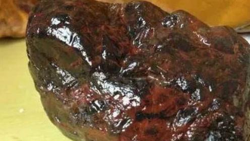 老汉挖到会冒油的石头,一天出油3公斤,专家鉴定后浑身哆嗦