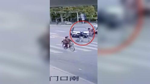 疑似抢信号灯!小车街头超速行驶连撞多人数车1死3伤