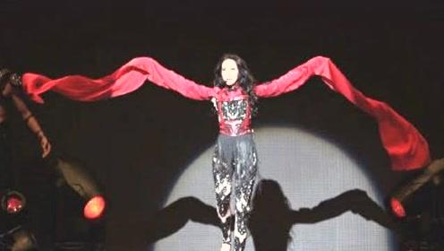 莫文蔚伦敦演唱会现场气氛热闹 穿镂空连体衣秀美腿