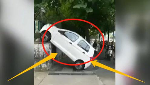 """新能源车竟然""""挂在墙上"""",墙高1米多司机咋开的?再现神操作!"""
