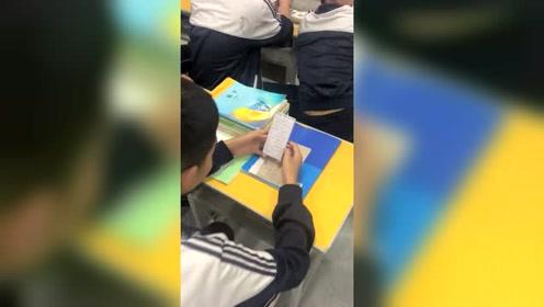 上课发现一个学生在玩手机,仔细一看有点想表扬他