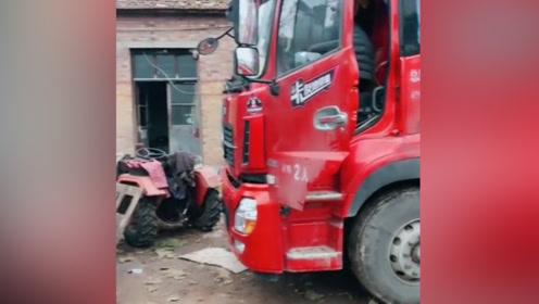 货车女司机出车了,公公婆婆一旁指挥她倒车,车技好的没话说!