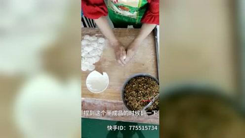 """农村大妈1分钟徒手捏50张饺子皮走红,一双""""鬼手""""赛过擀面杖"""