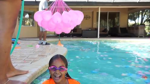 姐妹举办泳池派对,在泳池中放一千个水气球,爷爷都忍不住凑热闹